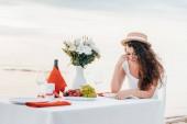 naštvaná žena čeká Romantický Datum sám na moře