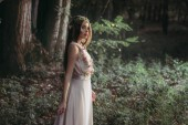 Fotografie krásný mystický elf v elegantní květinové šaty v lese