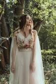 vonzó misztikus elf-Virág Koszorú és ruha-erdőben virágokkal