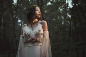 vonzó misztikus elf, elegáns ruha erdei virágok