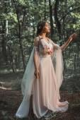misztikus elf karaktert virág ruha, séta az erdőben