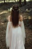 misztikus elf elegáns ruha és virág koszorú erdőben hátsó nézet