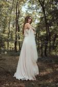 vonzó misztikus elf erdő elegáns ruhában pózol