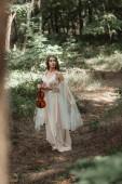 elegáns ruha gazdaság hegedű gyönyörű erdő-vonzó misztikus elf
