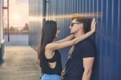 Interracial heiße paar flirten im Dach mit Gegenlicht