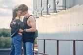 Fotografie multikulturelle heiße paar flirten und küssen auf städtischen Dach