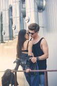 Fotografie Interracial stilvolle heiße paar auszuziehen und gehen auf städtischen Dach zu küssen