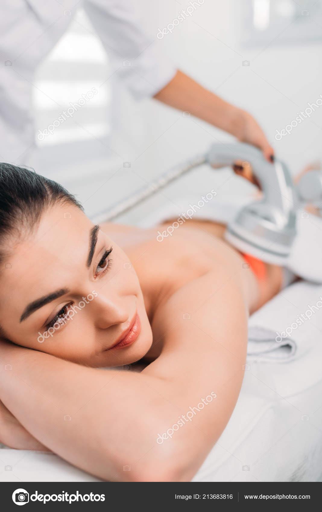 Lettino Da Massaggio Elettrico.Bella Donna Sul Lettino Massaggio Elettrico Massaggio Fatto