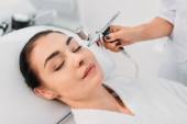 attraktive Frau Gesichts Behandlung im Spa-center