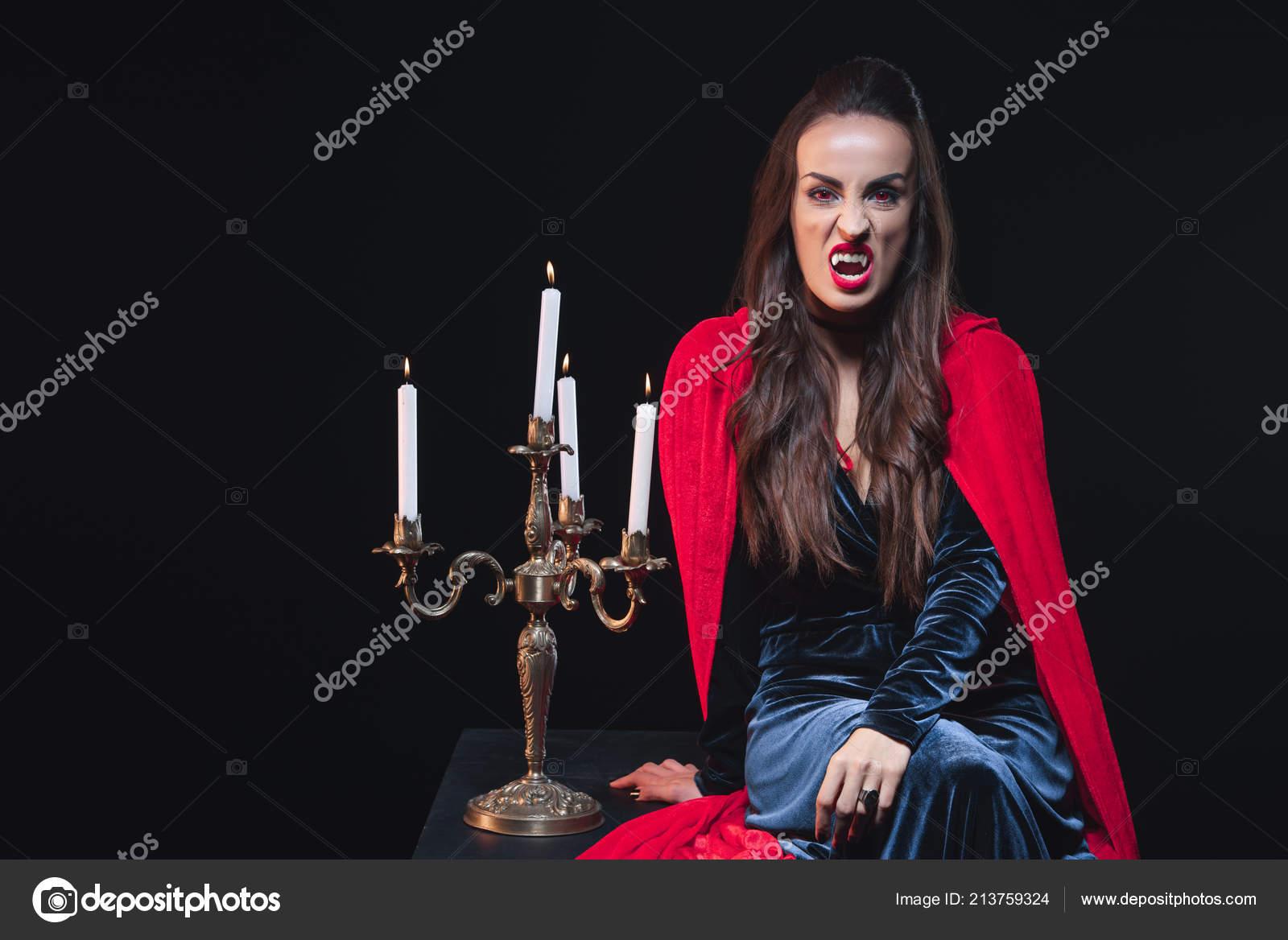 Extreem Sexy Vrouw Vampier Kostuum Zitten Buurt Van Vintage Kandelaar @DD93
