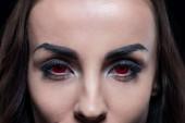 Fotografie oříznutý pohled démona s červenýma očima