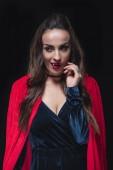 Fényképek szexi vámpír nő az elszigetelt fekete piros köpeny