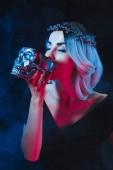 Fényképek Vampire nő iszik, vér a sötétség füst koponya