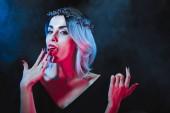 Fényképek Vampire nő vér ujjak sötét háttér füst nyalás