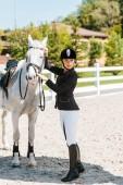 Fényképek vonzó női lovas rögzítő kötőfék ló és lovas club nézett