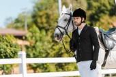 Fényképek jóképű férfi lovas áll, közel a ló-lovas klub