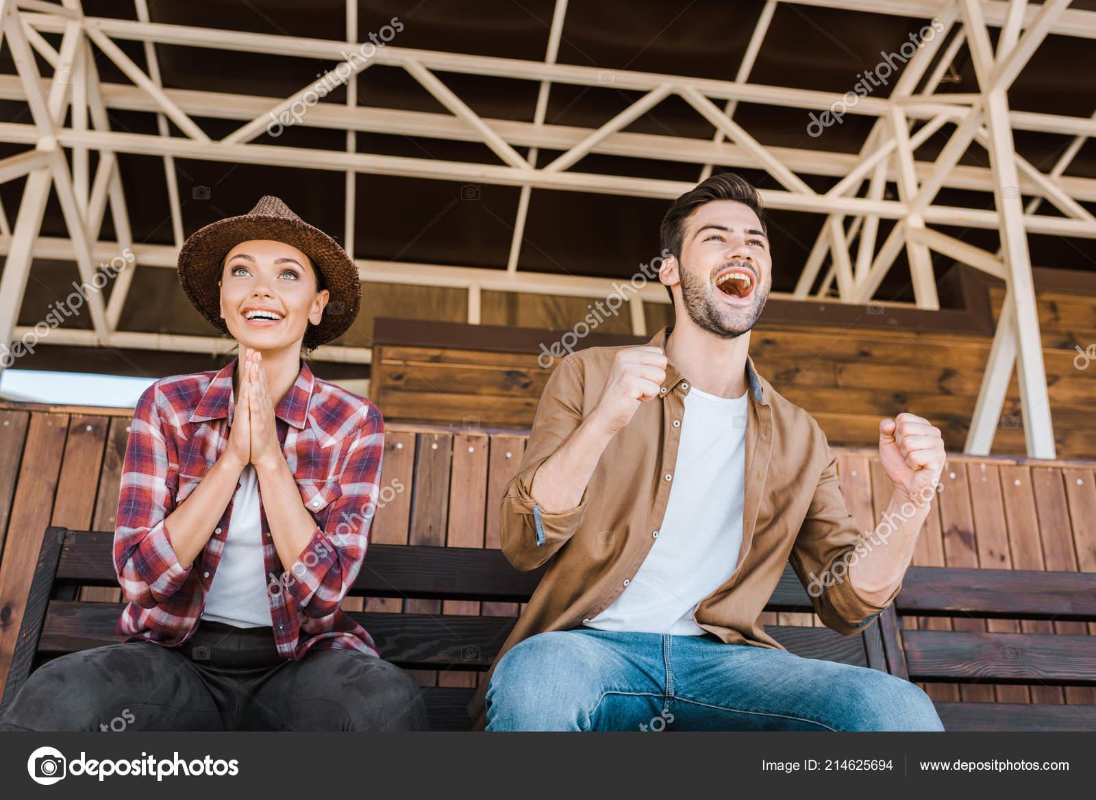 Muy Contentos Vaquero Vaquera Ropa Casual Sentado Sobre Banco Estadio —  Foto de Stock 1a4f37b895a2