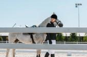 séta a ló kerítés lovas klub közelében, jóképű férfi lovas