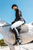 Fényképek alacsony, szög, kilátás a mosolygó, jóképű férfi lovas ült lovon lovas klub