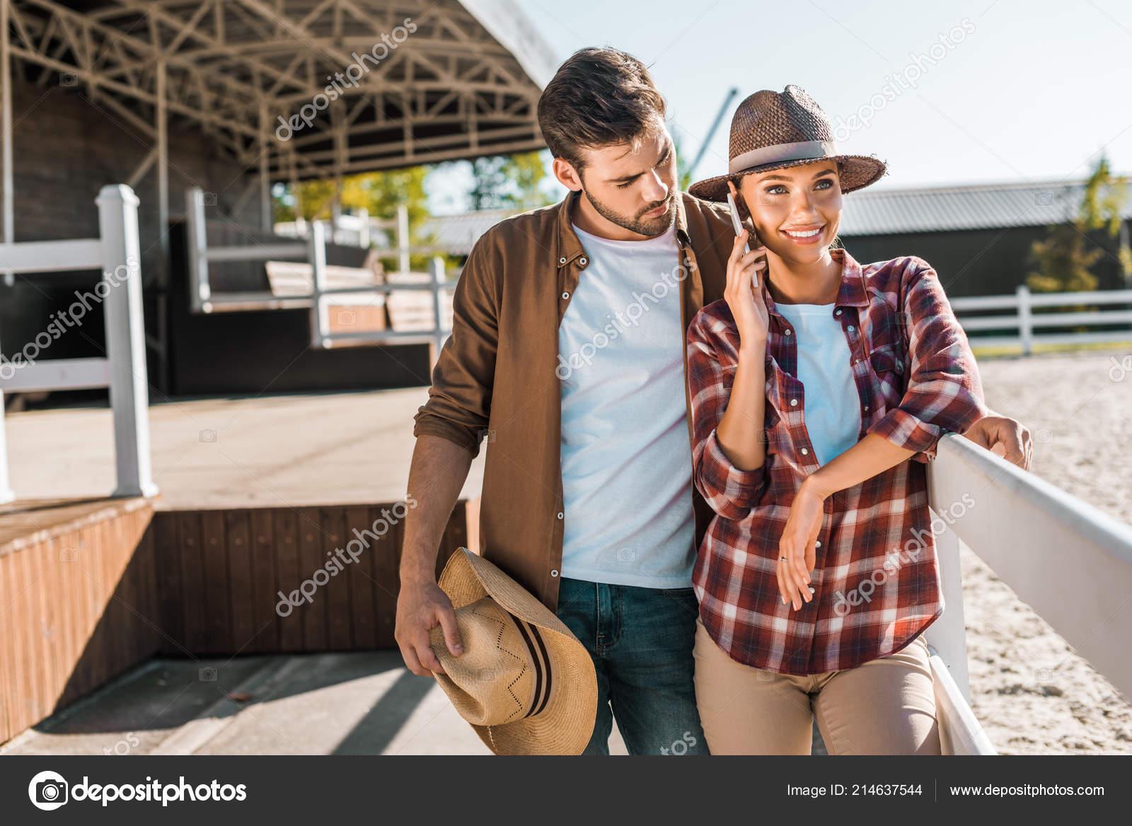19af6880bcfe0 Estilo Vaquero Vaquera Ropa Casual Pie Junto Valla Rancho Mujer — Foto de  Stock