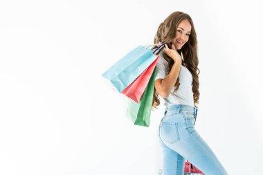 güzel neşeli müşteri alışveriş torbaları, üzerinde beyaz izole ile poz