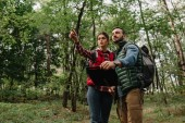 Photo couple of travelers with map got lost in woods