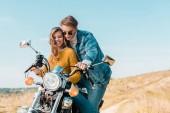 Fotografie mladý pár při pohledu na vinobraní motocyklu na venkově louka