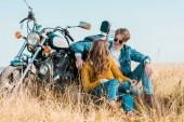 Fotografie mladý pár sedící poblíž historických motocyklů