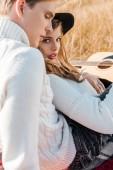 Fotografia giovani coppie con la chitarra rilassa sul prato