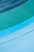 Fotografia vista superiore di righe variopinte su pista, fondo geometrico