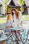 krásné mladé ženy trávit čas spolu v kavárně po nakupování