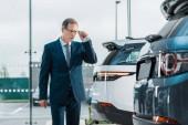 podnikatel v dioptrické brýle vybrat nové auto v autorizovaném salonu