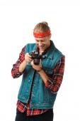 Fotografia il fotografo maschio hipster in gilet di jeans e camicia a scacchi guardando fotocamera schermo isolato su bianco sorridente