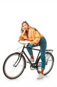 unavený bokovky dívka sedí na kole izolované na bílém