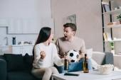 Fényképek kifejező a fiatal pár néz foci játék, otthon és éljenzés