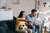 Fényképek kifejező kiabálás fiatal pár figyel labdarúgó játék otthon