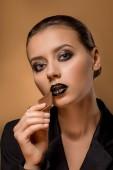 Fotografie junge schöne Frau mit glitzernden Make-up und Schokolade