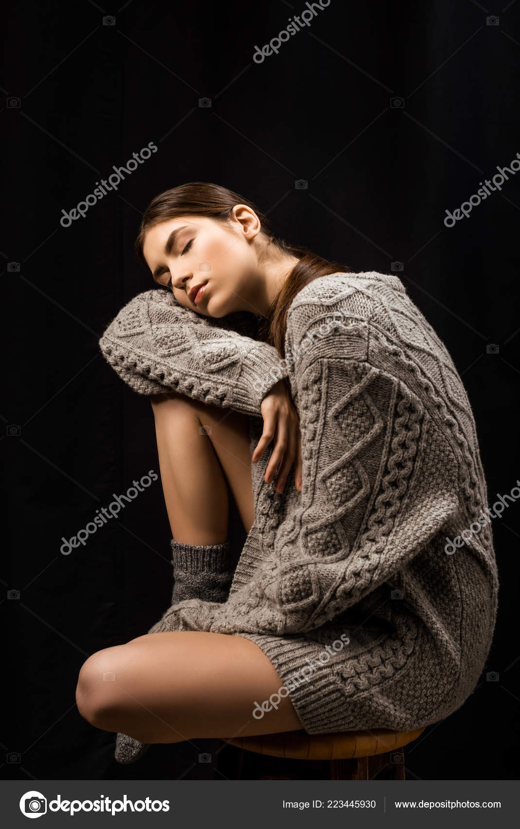 820d7d1caecb Schöne Frau Wollenen Grauen Pullover Und Socken Mit Geschlossenen Augen —  Stockfoto