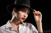 fehér inget és fekete kalapban pózol, elszigetelt fekete gyönyörű nő portréja