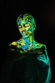 model s barevné neonové barvy na těle znamenají na černém pozadí