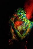 portrét krásné ženy s barevné UV barvy na tělo na černém pozadí