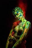 Fényképek színes UV festékek, a fekete háttér előtt a szervezet gyönyörű nő portréja