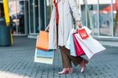 Fényképek vágott nézet nő bevásárló táskák és kedvezmény jele
