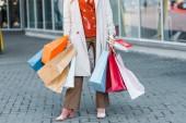 oříznutý pohled na ženské shopaholic s nákupní tašky a slevy