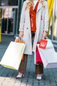 Fényképek vágott girl gazdaság bevásárló táskák kedvezményes előjellel látképe