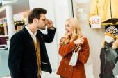 Fotografie překvapený dívka zobrazeno super prodej 70 procent slevu na předváděčce v nákupní centrum