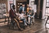 multiethnical csoport colworkers együtt új projekt a modern loft office megvitatása
