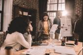 zaměřil mnohonárodnostní skupiny kolegy spolupracovat na novém projektu v moderní podkrovní kanceláře s podsvícením