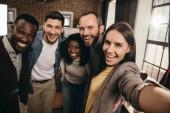 kamery z pohledu veselý spolupracovníky s selfie pomocí smartphone z