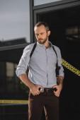 Fotografie mužské detektiv zamyšleně pohledu na místo činu